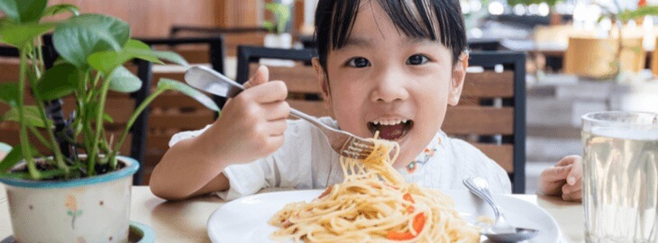 Banner: Health blog - How to get your kids to eat better at restaurants
